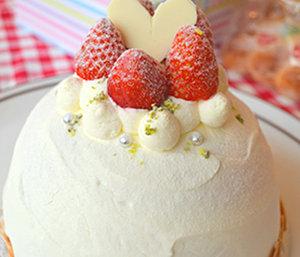 イチゴとピスタチオのドームケーキ